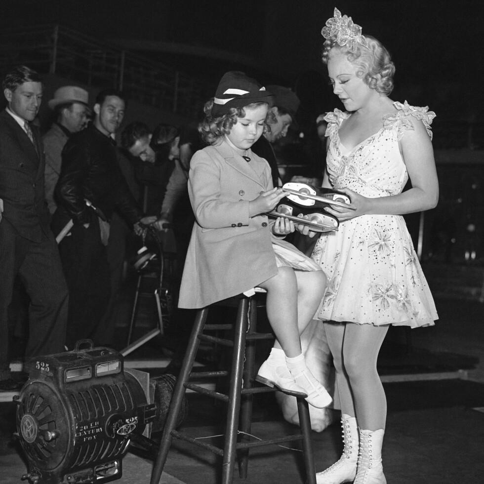 BARNESTJERNE: Sonja Henie med den amerikanske barnestjernen Shirley Temple i 1937. FOTO: NTB Scanpix