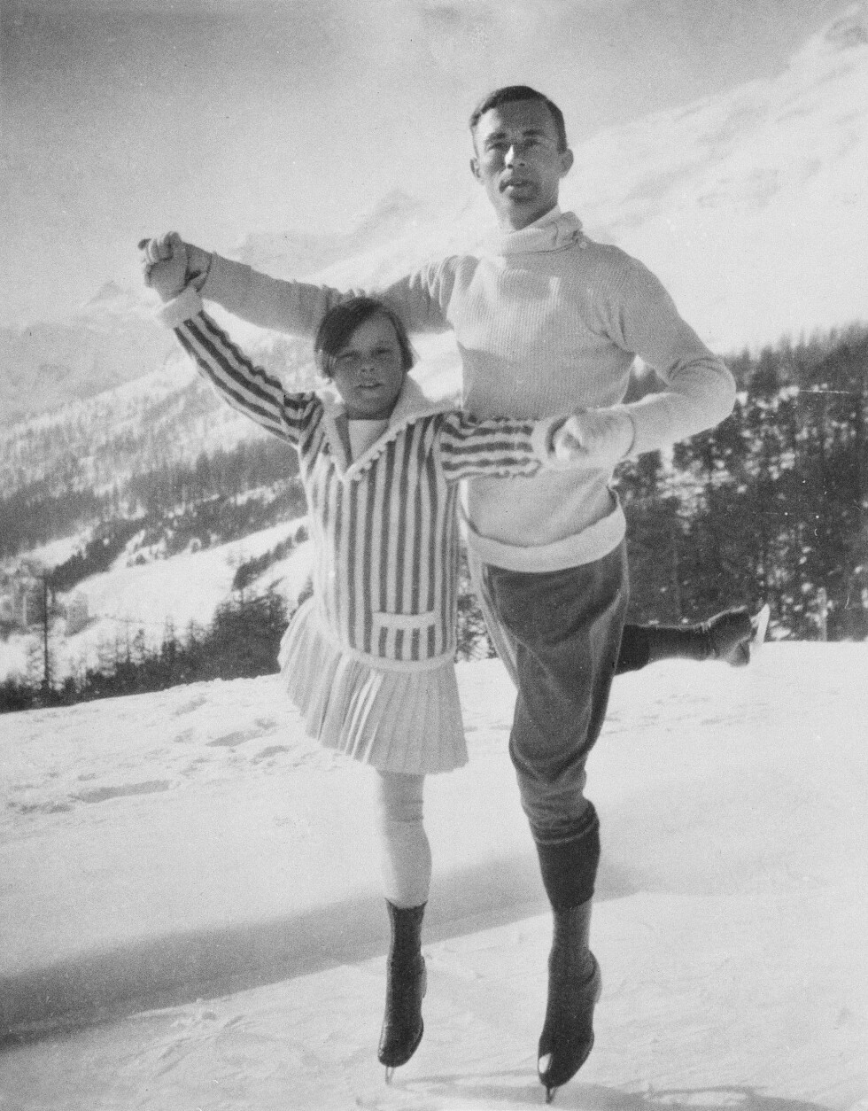 UNGE SONJA: 11 år gamle Sonja Henie og den svenske kunstløperen Gilles Grafström fotografert under OL i Chamonix i Frankrike i 1924. Fire år senere vant hun sitt første OL-gull. FOTO: NTB Scanpix