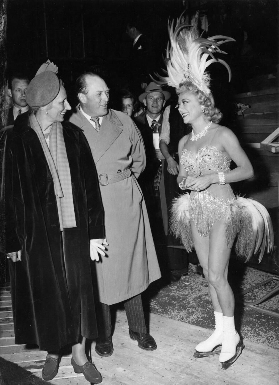 ROYALT MØTE: I 1953 besøkte kunstløper Sonja Henie Oslo med sitt eget is-show. Her hilser hun på kronprins Olav og kronprinsesse Märtha. De overvar en av forestillingene på Jordal amfi. FOTO: NTB Scanpix