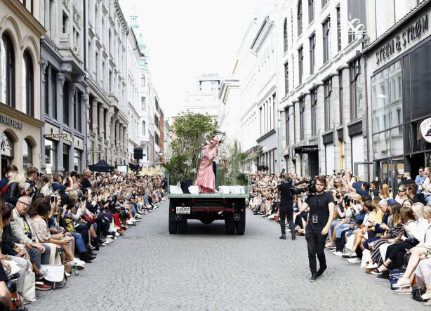ÅPNET SHOWET: Silya Nymoen sto på en lastebil og sang mens Pia Tjelta presenterte sin første kolleksjon under eget merke. Foto: Getty Images