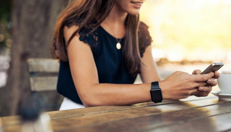 HOLDE KONTAKT: Det er lett å holde kontakten med de fleste vi kjenner på sosiale medier. FOTO: Shutterstock
