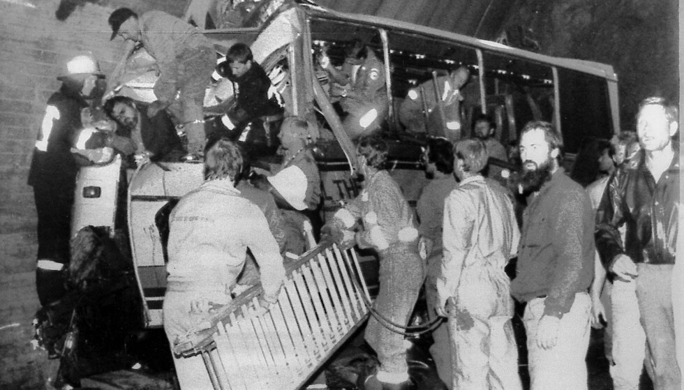 HALVE BUSSEN BLE KNUST: Monia satt på venstre side av bussen, rett bak bussjåføren. Hun overlevde, men bussjåføren og 15 andre personer døde i ulykken. FOTO: NTB Scanpix