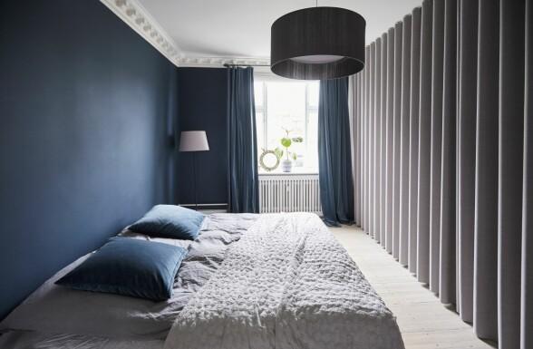 Gardiner, forheng og sengeteppe er fra Diva Home. Taklampe fra Living Design og stålampe fra Ikea. Sengetøy og velurputer fra H&M Home. Koøyet i vinduskarmen er et arvestykke. FOTO: Trine Bukh