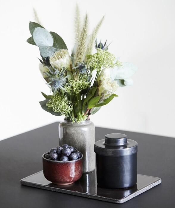 Bruk organiske ting som blomster og bær som en del av interiøret for å skape liv. FOTO: Trine Bukh