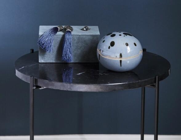 Marmor, velur og keramikk – noen av tidens hotteste materialer i vakker forening. Sidebordet er fra Søstrene Grene og veluresken fra House Doctor. Krukken av keramikk er et arvestykke fra Julies mormor. FOTO: Trine Bukh