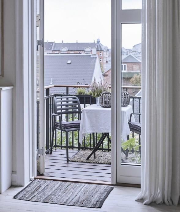 Stoler fra Ilva, sitteputer fra Ikea, gulvtepper fra Søstrene Grene. Bordet er et gammelt loppefunn. FOTO: Trine Bukh