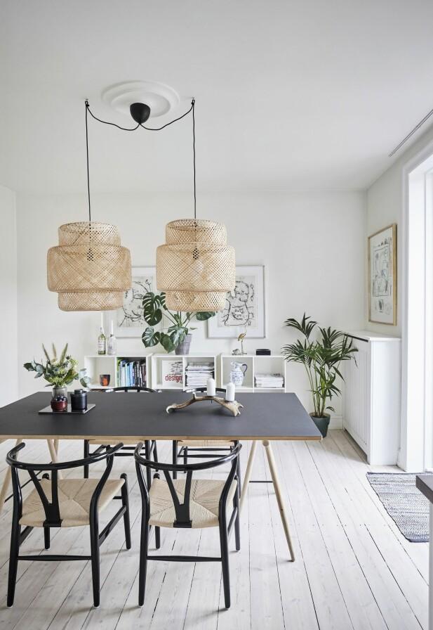 Gi nytt liv til arvestykkene, som her, hvor Julie har restaurert fire gamle Y-stoler med svart maling og nye seter. Bord fra Ilva, lamper fra Ikea og arvede litografier av Robert Jacobsen. FOTO: Trine Bukh