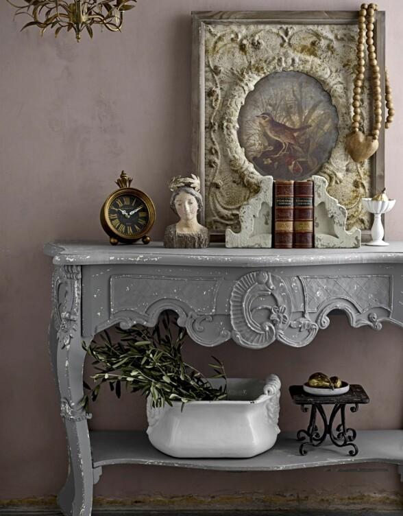 Støvete rosa gjør seg godt som bakteppe for møbler og gjenstander i duse, naturlige fargetoner. Kommode og ramme fra Bloomingville.