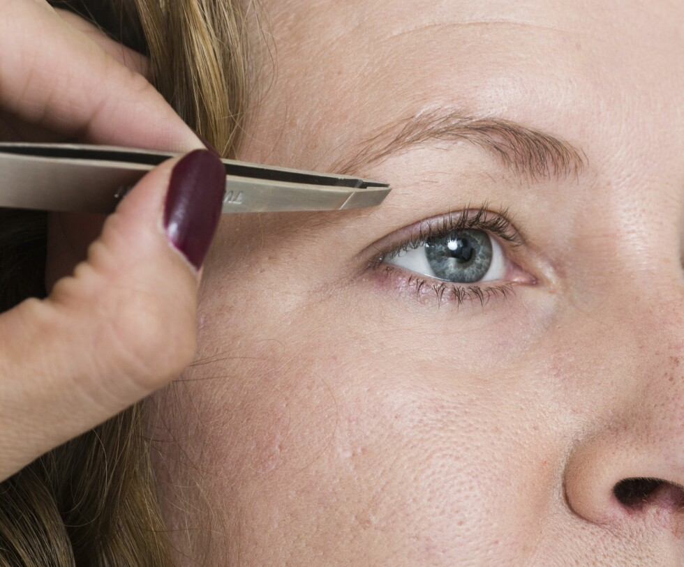 2Brynene er det som rammer inn ansiktet. Vi nappet småhår under brynene for å gi et pent og ryddig utseende som løfter øyet.