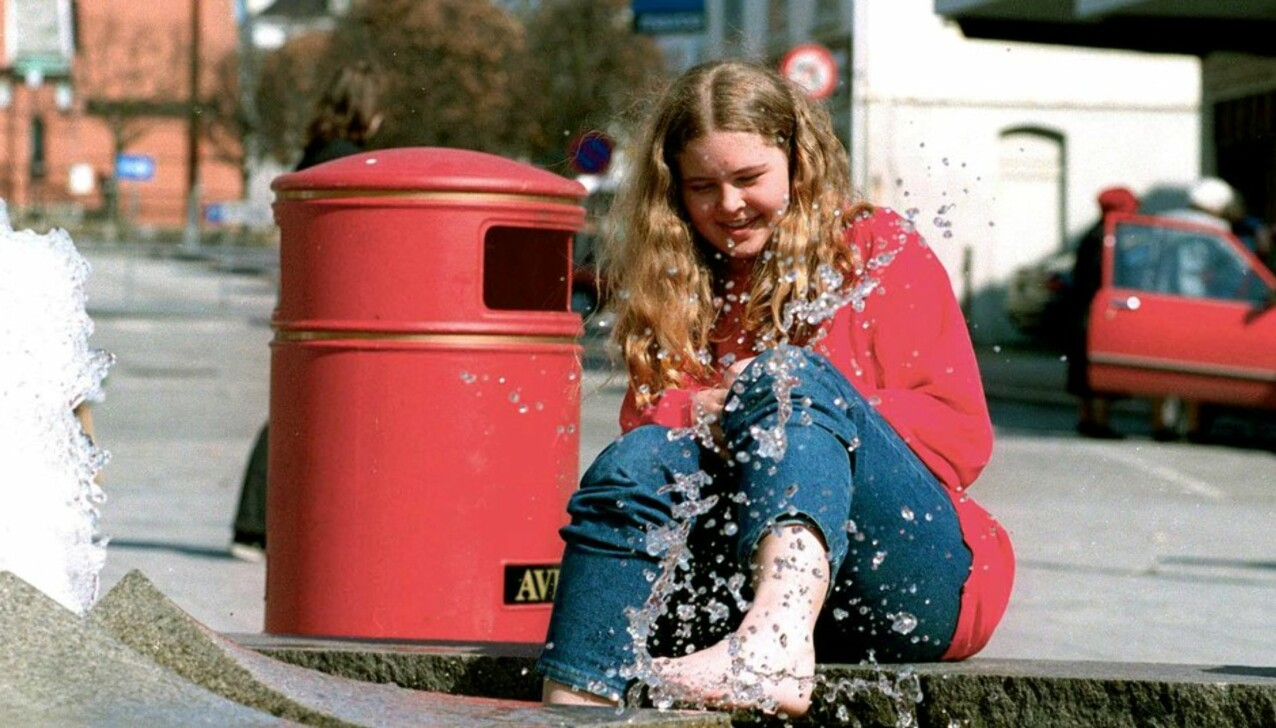 SPRUDLENDE: Birgitte Tengs blir av barndomsvenninnen Kristbjørg Bjelland beskrevet som en morsom og sprudlende jente, som ikke ga seg før hun hadde funnet ut av nye ting som hun ønsket å lære. Dette bildet av Birgitte er tatt ved en fontene i Haugesund sentrum. FOTO: Geir Øverland for Haugesund Avis // Gjengitt med tillatelse