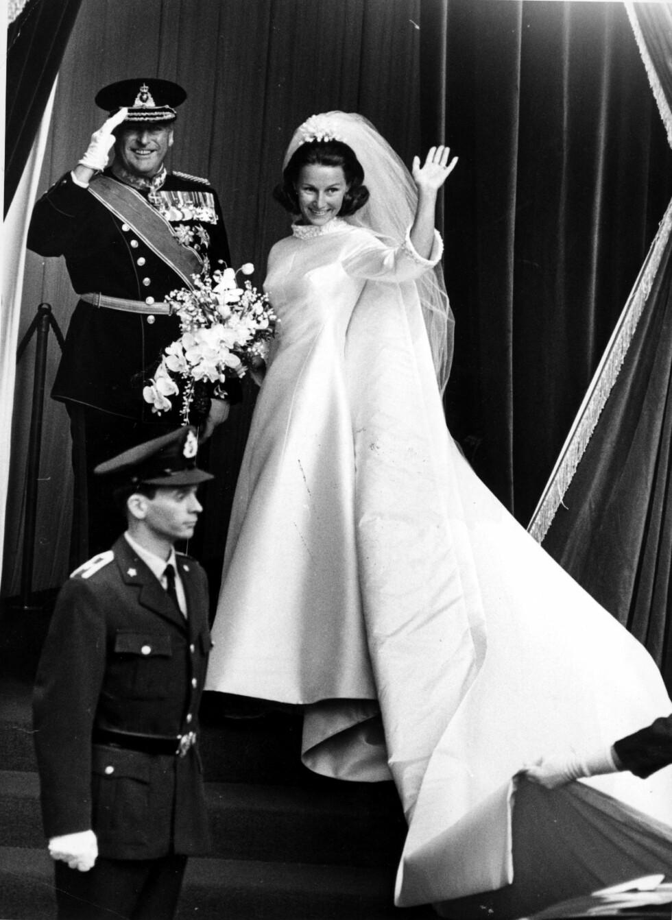 SVIGERDATTER: Kong Olav hadde fått det ærefulle oppdraget med å føre Sonja til alteret. Kongen gjør honnør til folket, mens den kommende kronprinsessen vinker. FOTO: NTB Scanpix