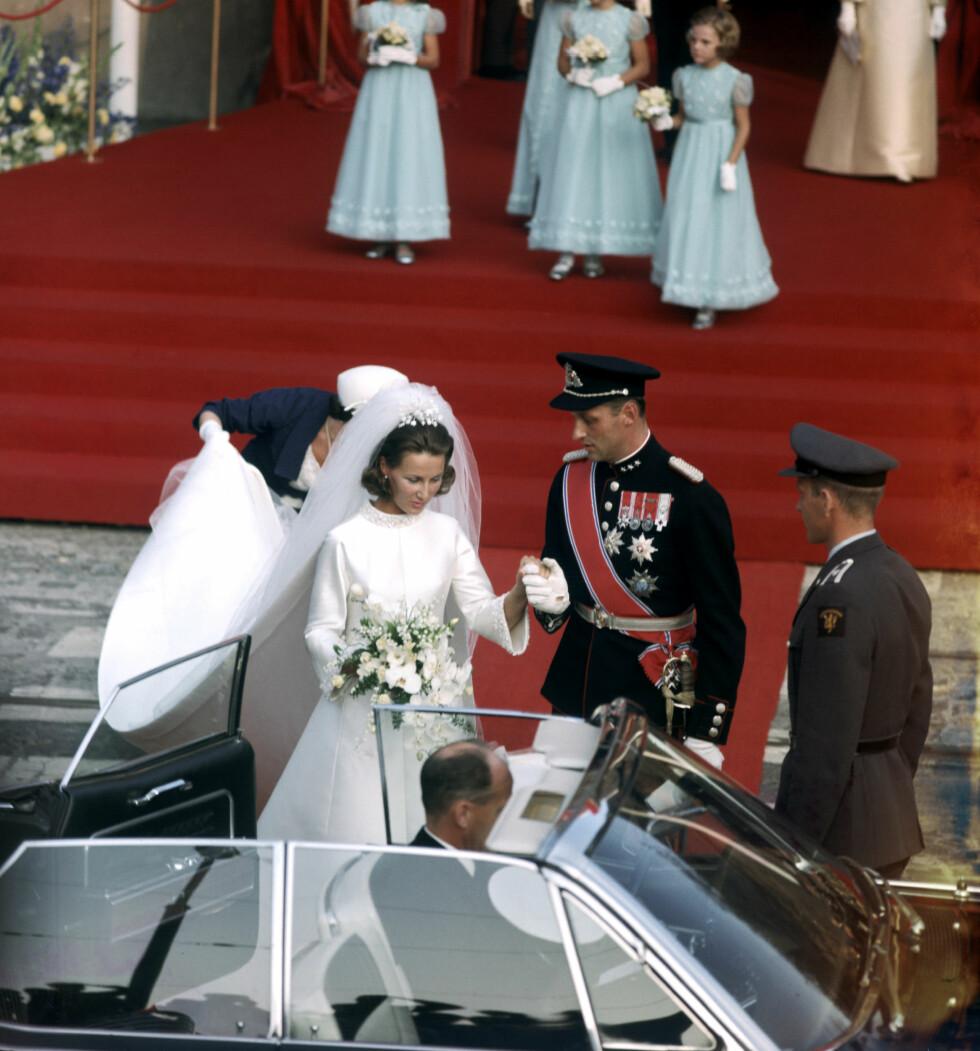 PÅ VEI TIL SLOTTET: Det nygifte paret ble kjørt i åpen bil til Slottet noen minutter unna Oslo Domkirke. FOTO: NTB Scanpix