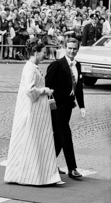 GJESTENE: Rundt 850 gjester var invitert til bryllupet. Blant dem var kronprinsesse Margrethe og prins Henrik av Danmark. Margrethe, i dag dronning, er Haralds tremenning og en nær venninne av Sonja. FOTO: NTB Scanpix
