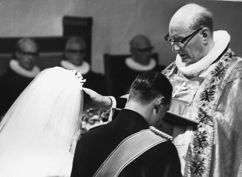 VELSIGNELSE: Biskop Fritjov Birkeli vier og velsigner brudeparet. FOTO: NTB Scanpix