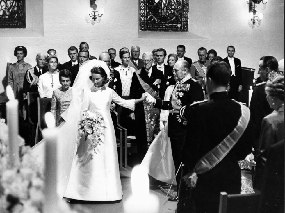 HØYTIDELIG: Sonja gjør honnør og kong Olav gir bort sin kommende svigerdatter. FOTO: NTB Scanpix