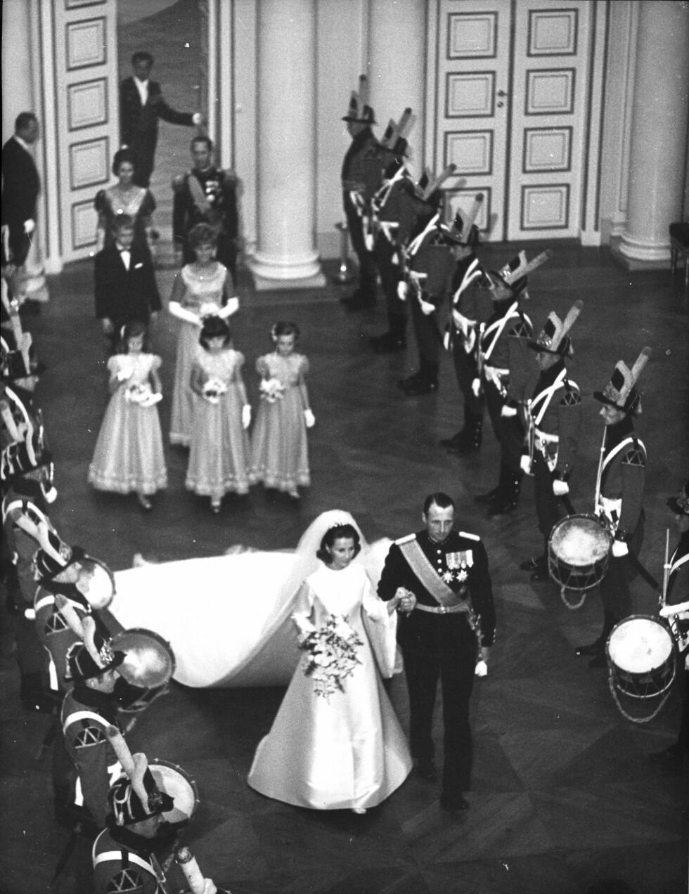 BRUDEPIKER: Niesene Ian Henriksen, Anita Henriksen, Lis Haraldsen og Ingeborg Lorentzen hadde fått det ærefulle oppdraget med å være parets brudepiker. FOTO: NTB Scanpix