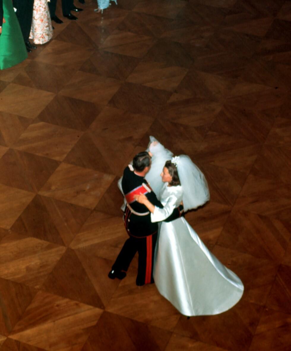 BRUDEVALSEN: Det nygifte paret fikk svingt seg på slottsparketten. FOTO: NTB Scanpix