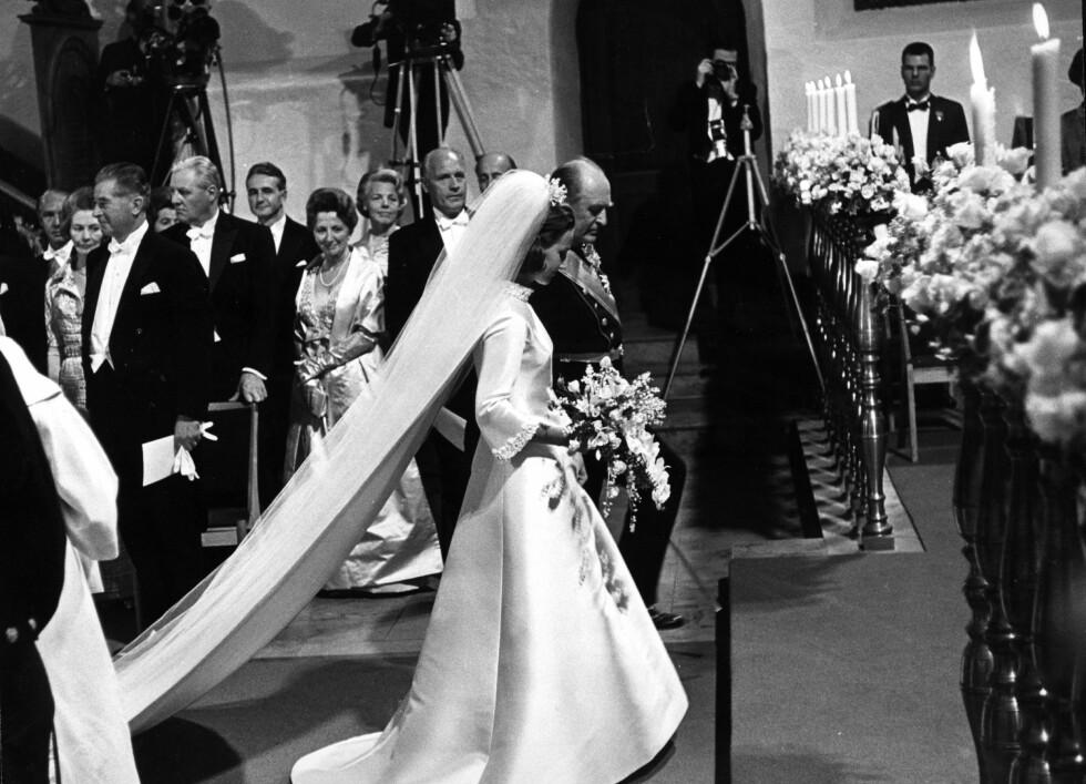 FØRT TIL ALTERS: Sonjas far Karl August Haraldsen gikk bort i 1959, og dermed ble kong Olav et naturlig valg som den som skulle følge bruden opp altergangen. FOTO: NTB Scanpix