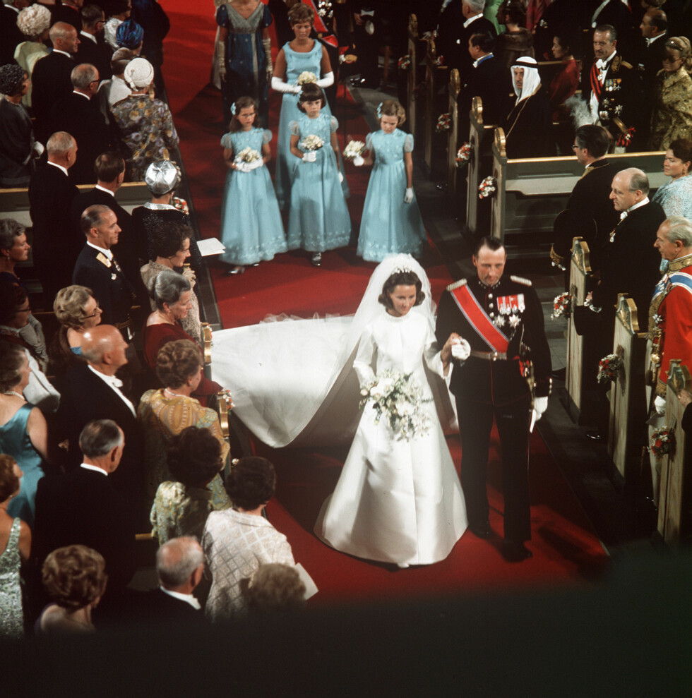 RETTE EKTEFOLK: Sonja Haraldsen er akkurat blitt kronprinsesse av Norge - og nybakt kone. Her går de nygifte ned altergangen sammen etter seremonien. FOTO: NTB Scanpix