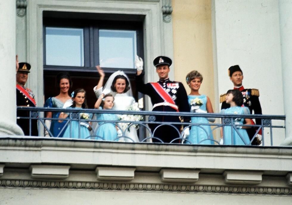 PÅ SLOTTSBALKONGEN: Jubelen ville ingen ende ta. Her tar det nybakte ekteparet imot folkets hyllest på slottsbalkongen. FOTO: NTB Scanpix