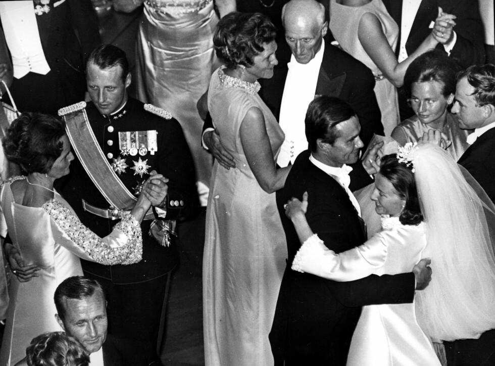 DANS: Kronprinsesse Sonja i dans med prins Henrik av Danmark, mens kronprins Harald fikk tatt seg en svingom med svigermor Dagny. FOTO: NTB Scanpix