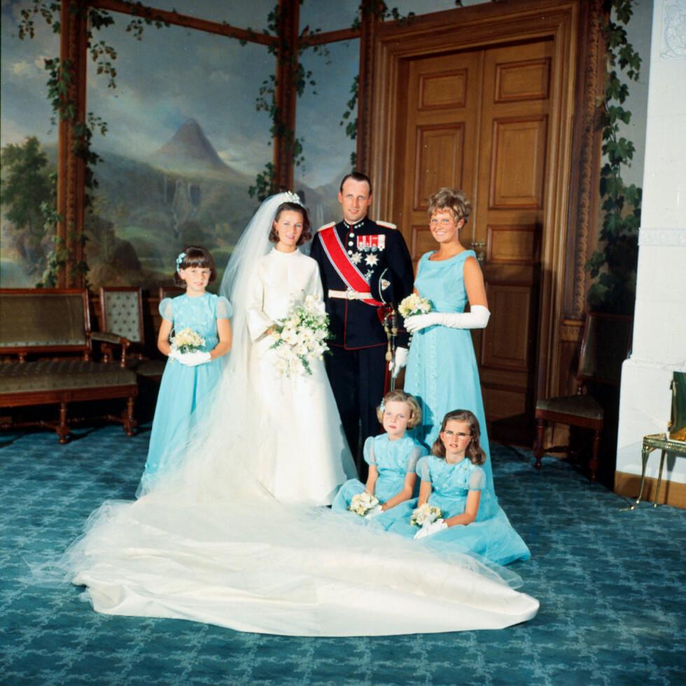 DET OFFISIELLE BILDET: Kronprinsparet med brudepikene Ian Henriksen (t.h.), Anita Henriksen, Lis Haraldsen og Ingeborg Lorentzen i fugleværelset på Slottet. FOTO: NTB Scanpix