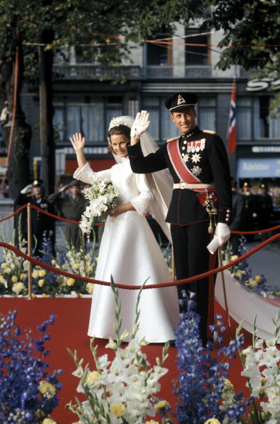 HILSTE PÅ FOLKET: Kronprinsparet mottok jubel fra folkemengden som hadde møtt opp utenfor Oslo Domkirke. FOTO: NTB Scanpix