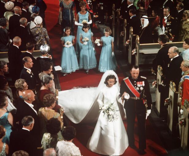 ENDELIG GIFT: Kronprins Harald måtte vente hele ni år før han fikk sin store kjærlighet, Sonja Haraldsen. Her går det ferske ekteparet ut til tonene av komponist Johann Sebastian Bachs velkjente Preludium i Ess-dur. FOTO: NTB Scanpix