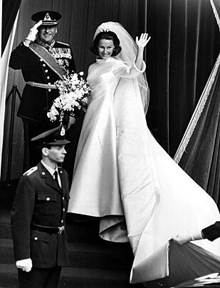SVIGERDATTER: Kong Olav gjør honnør til folket, mens den kommende kronprinsessen vinker. Dette bildet er tatt rett før de entret Oslo Domkirke. FOTO: NTB Scanpix