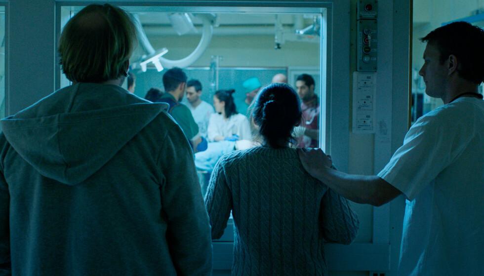 PÅ SYKEHUSET: Foreldrene Maria og Anders, spilt av Pia Tjelta og Anders Baasmo Christiansen, opplever en desperat situasjon på sykehuset hvor datteren Thea er innlagt etter et selvmordsforsøk. FOTO: Jonas Alarik