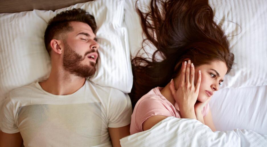 SNORKING: Mange studier bekrefter at menn snorker mer enn kvinner, men hvorfor er det egentlig sånn? FOTO: NTB Scanpix
