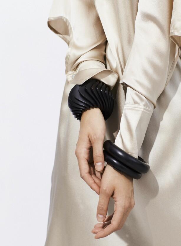 Kjole (kr 3500, Designers Remix) og armbånd (fra kr 1400 til 3850, Monies).