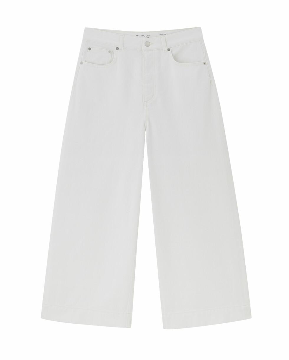Hvite jeans (kr 790, Cos).