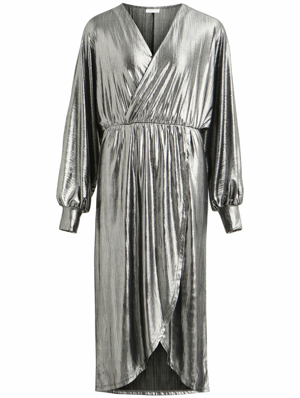 Metallisk kjole (kr 500, Vila).