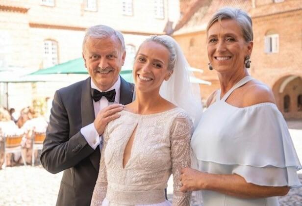STOLTE FORELDRE: Katarina sammen med foreldrene Anne-Lise og Hallvard Flatland på bryllupsdagen. FOTO: Privat