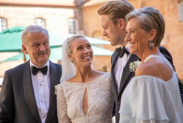 DRØMMEBRYLLUP: Katarina sier til KK at hun og Harald føler de hadde tidenes drømmebryllup. Her er det ferske ekteparet fotografert sammen med hennes foreldre Anne-Lise og Hallvard Flatland. FOTO: Privat