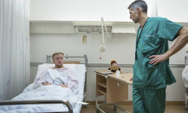 Før operasjonen spør kirurg Kjell Vidar Husnes om Alex er helt sikker på at han vil dette. Alex er er sikker. Det har han vært lenge.