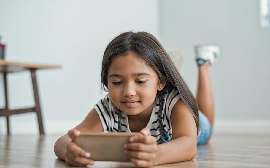 <strong>HODELUS:</strong> Ny studie konkluderer med at barn som eier smarttelefoner og nettbrett har større risiko for å bli smittet av hodelus. FOTO: NTB Scanpix