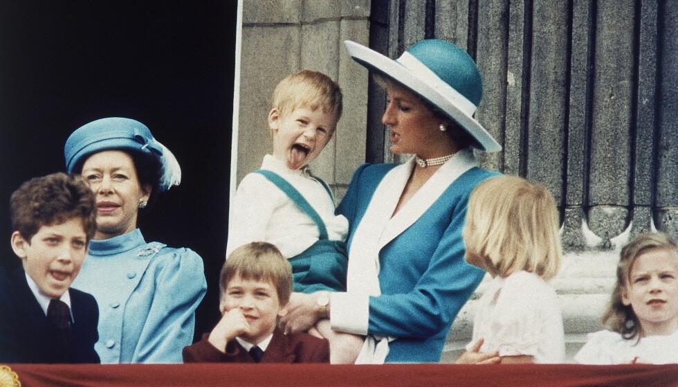 SKØYERPRINS: Prins Harry i mammas favn. Året er 1988. Han innrømmer at han brukte over 20 år på å takle sorgen. FOTO: NTB Scanpix