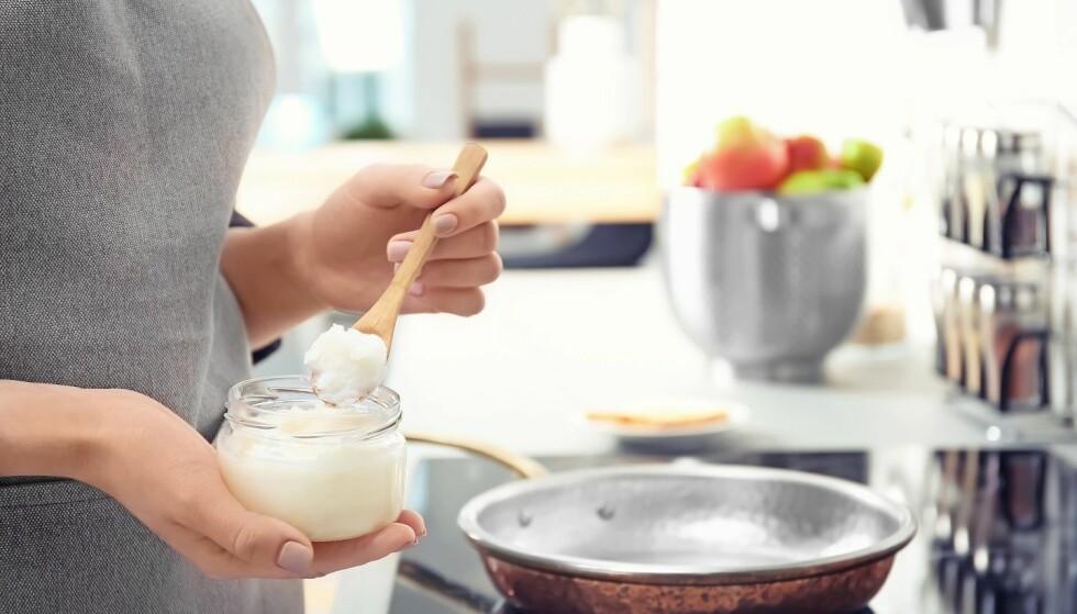 MATLAGING: Kokosolje er ikke det ernæringsekspertene vil anbefale at du bruker i matlagingen. Det er flere andre oljer som er langt mer gunstig for helsa. Foto: Scanpix.