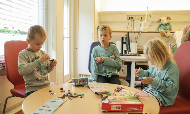 <strong>FÅR GAVER AV MORMOR:</strong> Mormor kjøpte med gaver til alle tre, noe som alltid er stor stas. FOTO: Ida Bergersen