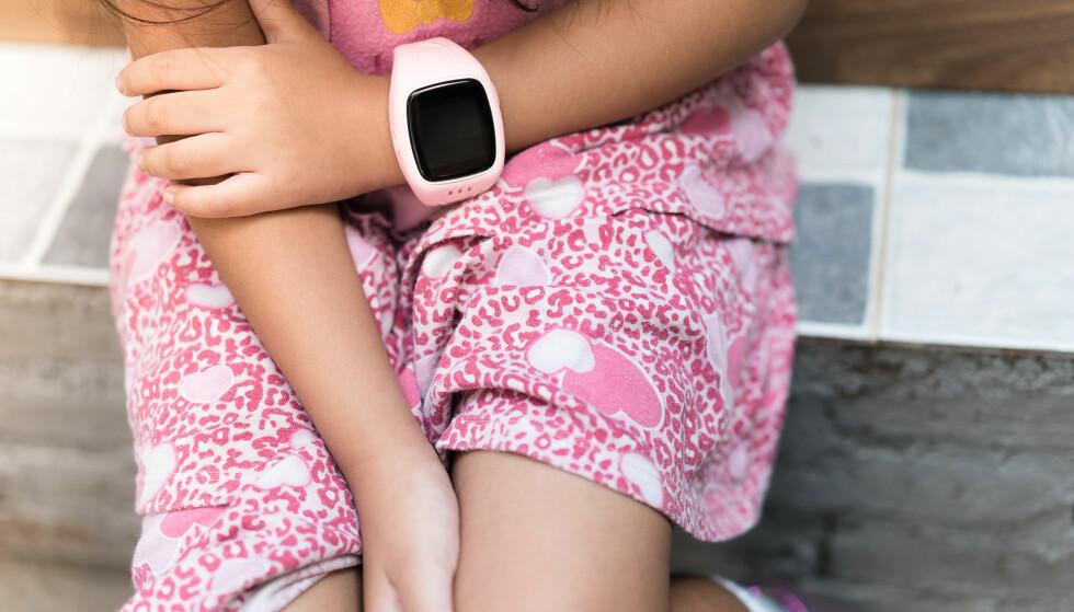 AKTIVITETSMÅLERE TIL BARN: Aktivitetsmålerne kan blant annet gi barna belønning når de har oppnådd sine daglige aktivitetsmål eller varsel når de har beveget seg for lite. FOTO: NTB Scanpix