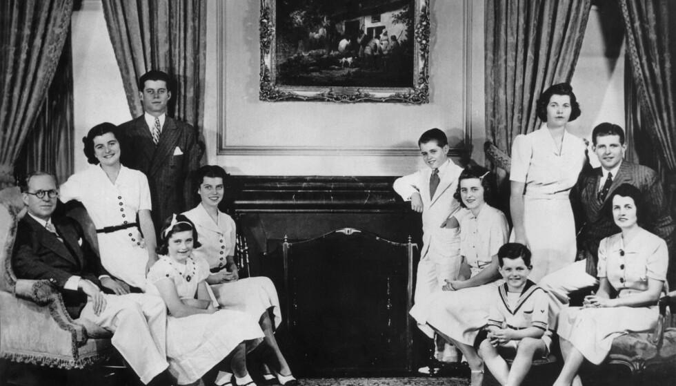 KLANEN: Familien samlet i 1938 under oppholdet i London, noen år før den tragiske operasjonen som gjorde Rosemary hjelpetrengende resten av livet. Fra venstre ambassadør Joseph Kennedy Sr., Patricia (13), John F.(20), Jean (9), Eunice (16), Robert (12), Kathleen (17), Edward (6), Rose Kennedy, bakerst Rosemary (19) and Joseph Jr.(22) FOTO: NTBScanpix