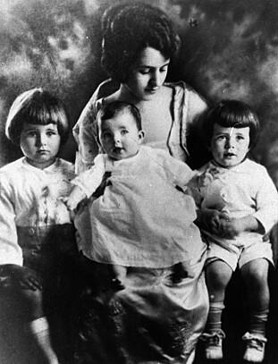 SØSKENTRIO: Rose Kennedy med datteren Rosemary på fanget. Til høyre Joseph Jr. og til venstre John F. FOTO: NTBScanpix