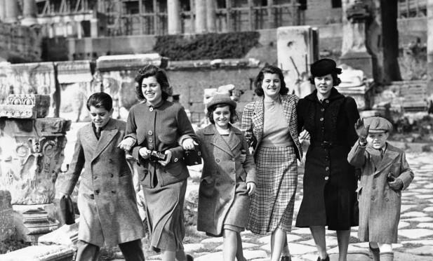 I VINDEN: Kennedy-barna var mange i antall, og verdensvante. Rosemary (nummer to fra høyre) fikk etterhvert vansker med å passe inn i glansbildet. Her er de fotografert i de antikke ruinene i Roma mens foreldrene overvar innsettelsen av paven i 1939.. Fra venstre Bobby, Eunice, Jean, Patricia, Rosemary og Teddy. FOTO: NTBScanpix