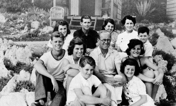 FAMILIEN SAMLET: Joseph Kennedy omkranset av familien, med klokken nederst fra venstre: Robert, Eunice, John F., Kathleen, Joe Jr., Rosemary, kona Rose, Teddy, Patricia og Jean.