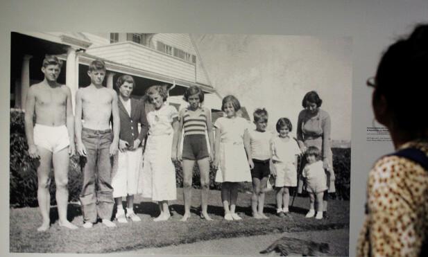 SVUNNEN TID: Rosemary, nummer tre fra venstre, før lobotomien og mens familien fortsatt var samlet. Fra venstre: Joe Jr., John, Rosemary, Kathleen, Eunice, Patricia, Robert, Jean, og Ted, sammen med moren Rose. FOTO: NTBScanpix.