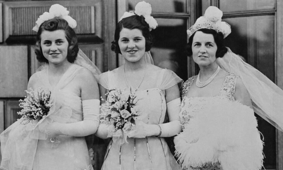 LOBOTOMI: Rosemary Kennedy (i midten) sammen med søsteren Kathleen og moren Rose på vei for å presenteres for kongen og dronningen på Buckingham Palace på debuntantballet 17. mai 1938. Tre år senere ble Rosemary lobotomert. FOTO: NTBScanpix
