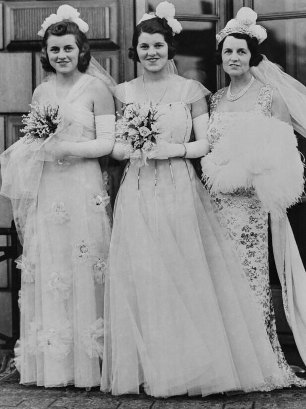 FORDUMS GLAMOUR: Rosemary Kennedy (i midten) sammen med søsteren Kathleen og moren Rose på vei for å presenteres for kongen og dronningen på Buckingham Palace på debuntantballet 17. mai 1938. FOTO: NTBScanpix