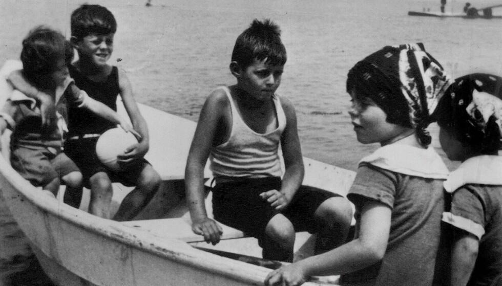 BARNDOMSMINNER: Kennedy-barna på båttur, fra venstre Eunice, Jack, Joe Jr., Rosemary og Kathleen Kennedy.